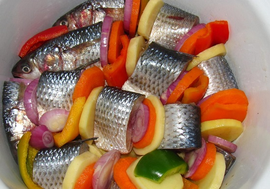 овощи с кусочками кефали