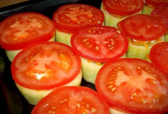 томатные кружки поверх кабачков