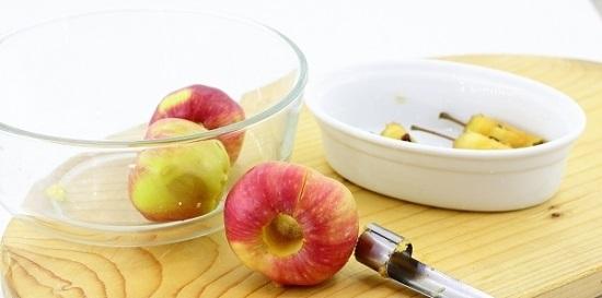 разрежьте яблоко пополам