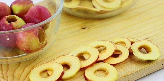 Нарезаем каждое яблоко кружочками