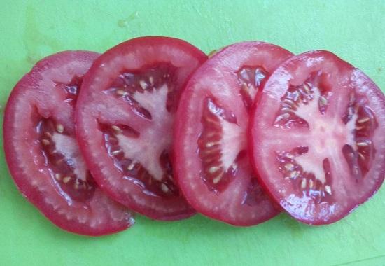 Свежие помидоры нарезаем