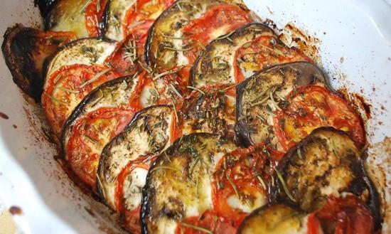 баклажаны, кабачки, помидоры, запеченные в духовке