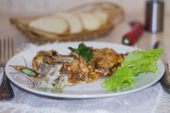 Мясо в духовке с помидором и сыром