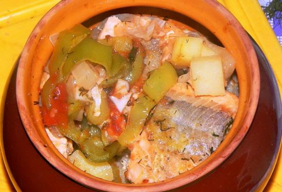 Кабачки с овощами и рыбой в горшочках