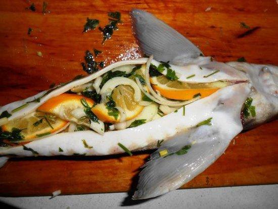 Начините рыбу лимоном и петрушкой