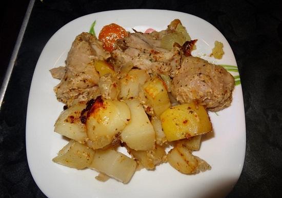 Куриные бедра, запеченные с картошкой в духовке