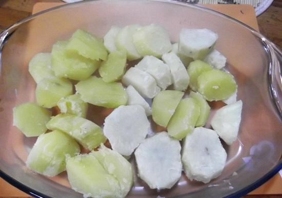 Картофель разрезаем