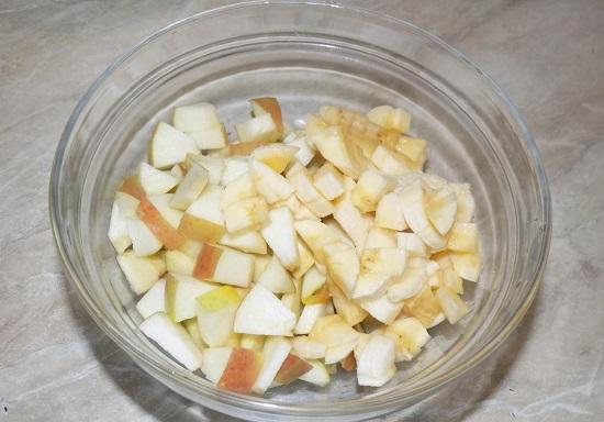 Измельчаем фрукты кубиками