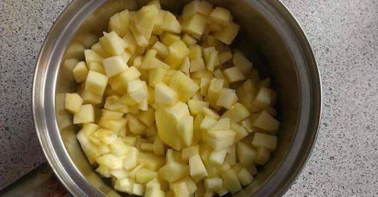 Яблоки очищаем от кожуры