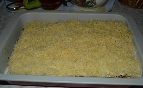 посыпаем все натертым сыром