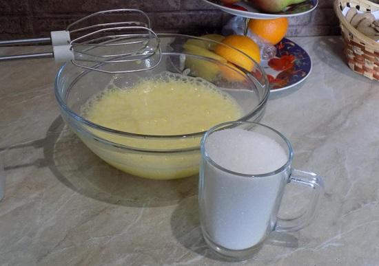 Соединяем яичную смесь с сахаром