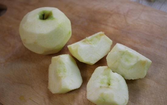 Яблоки очищаем