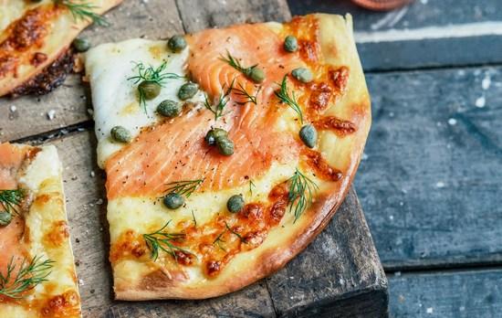 Выпекать пиццу с рыбой