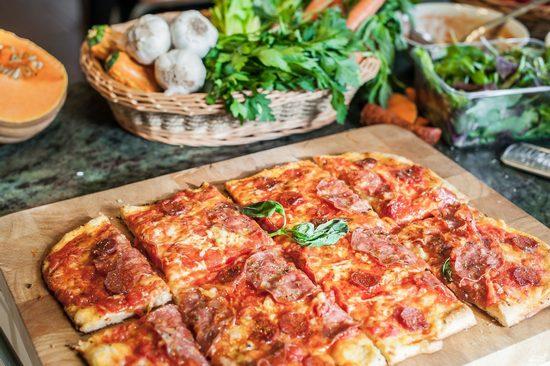Пицца на дрожжевом тесте в духовке: рецепт