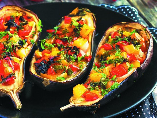 лодочки из баклажанов с овощами в духовке