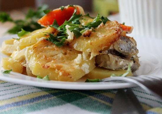 минтая в духовке с картошкой