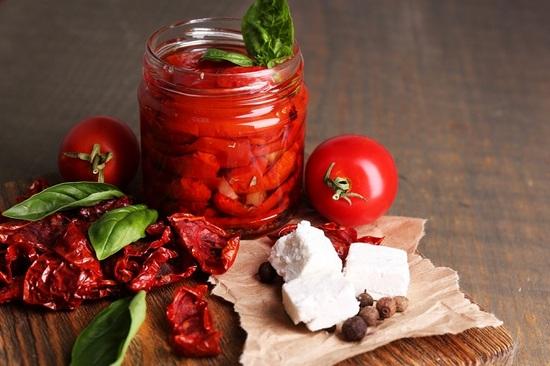 вяленые помидоры в духовке с сыром Фета