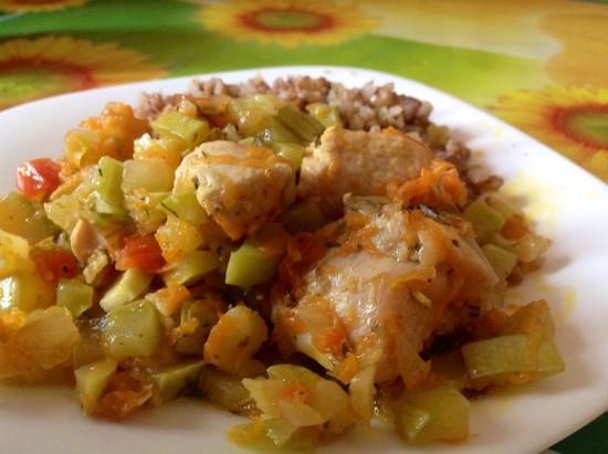 Диетический рецепт куриной грудки в духовке с овощами