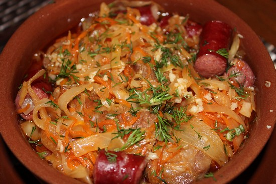 Тушеная капуста в духовке в горшочке с мясом и колбасками