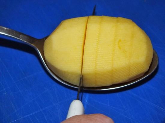 Надрезы в картошке делают не слишком глубокими