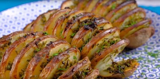 Рецепт картошки-гармошки в духовке с зеленью и чесноком