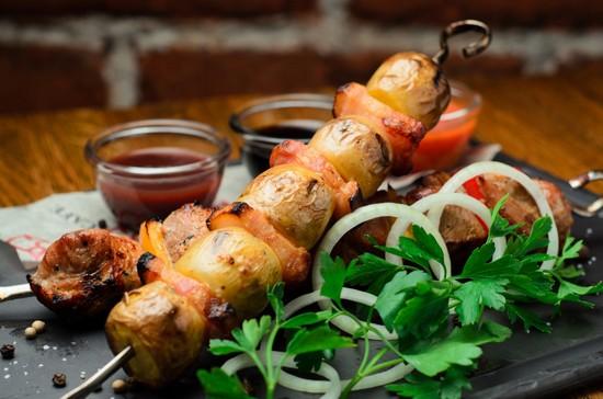Картошка, запеченная с салом в духовке на шампурах: пошаговый рецепт