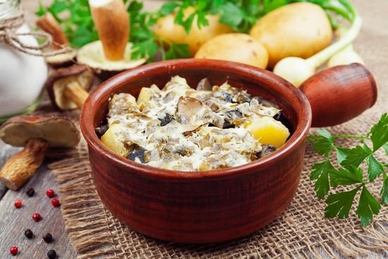 Картошка в сметане в духовке в горшочках с грибами