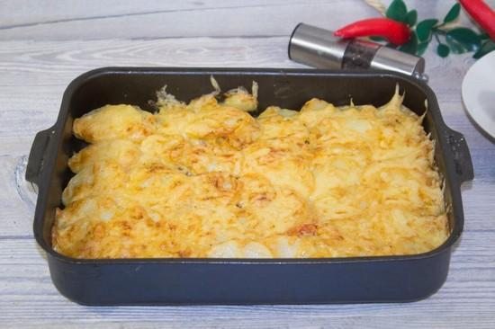 Картошка в духовке с фаршем и сыром под сметаной