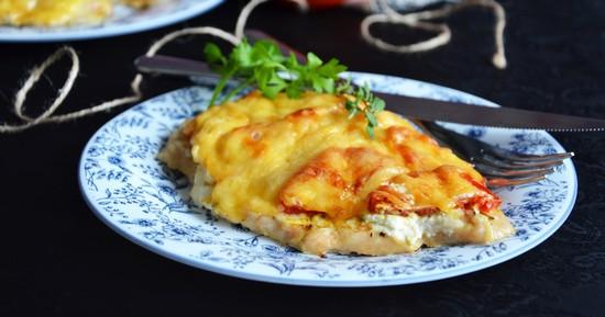 Кижуч с томатами и розмарином под сыром