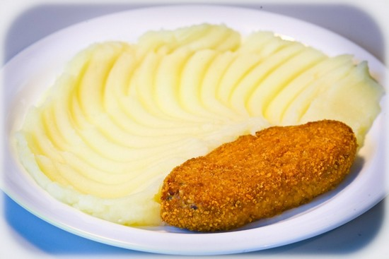 в фарш добавляют измельченный картофель или панировочные сухари