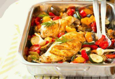 Как запечь куриную грудку с овощами?
