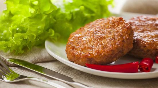 Для сочности в куриный фарш можно добавить немного измельченных кабачков