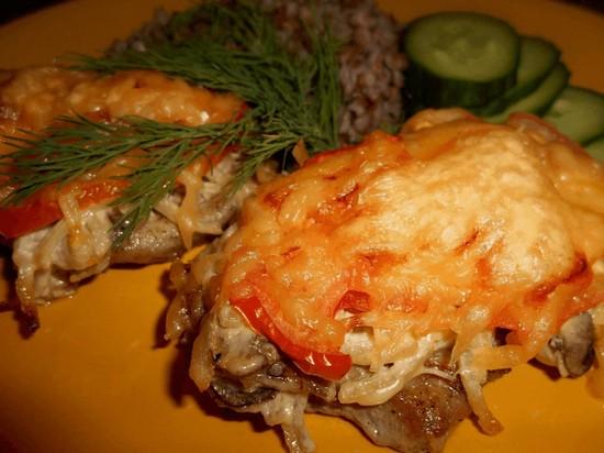 Курица с помидорами в духовке под майонезом и сыром
