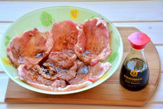 маринуйте отбивные в соевом соусе