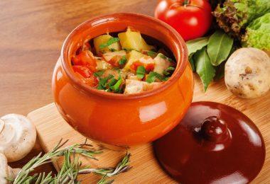 Как приготовить вкусные овощи с мясом в горшочках?