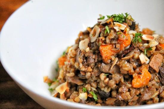 овощи с мясом в горшочках в духовке можно и с добавлением круп