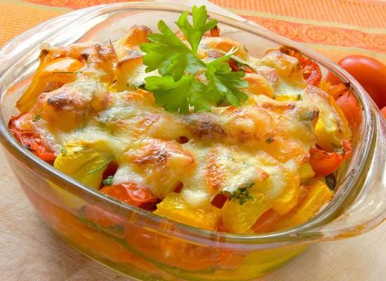 добавить в подливку натертый твердый или плавленый сыр