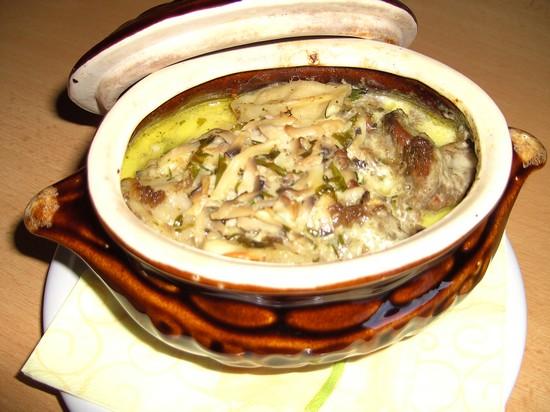 Сытные пельмени в горшочке в духовке: рецепт со сметаной и грибами