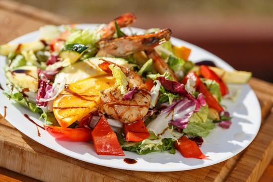 Теплый салат из запеченных овощей с сыром и креветками