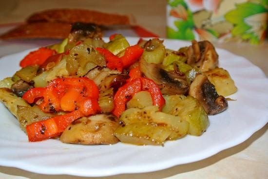 Диетический салат из запеченных овощей на мангале