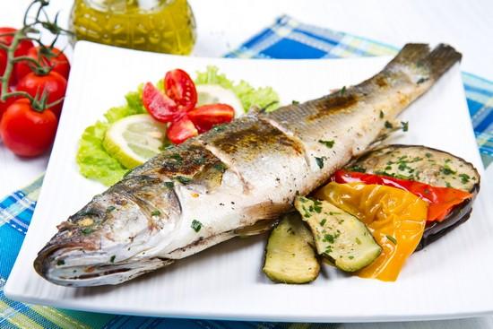 Сибас в духовке с овощами и лаймом