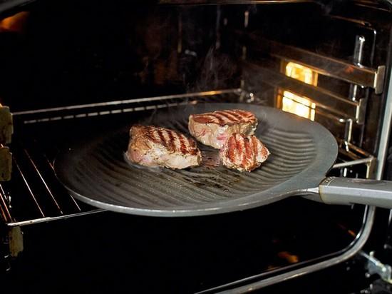 стейк доводят до нужного состояния в духовке