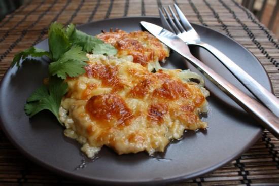 Картошка в духовке с мясом и помидорами под сырной шапочкой