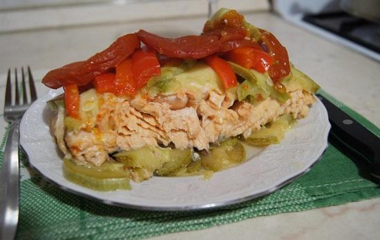 вкусный лосось в овощах