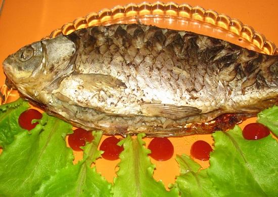 речную рыбу запекают с различными начинками