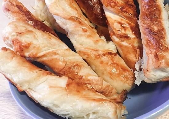Слоеные сырные палочки с кунжутом: рецепт в духовке