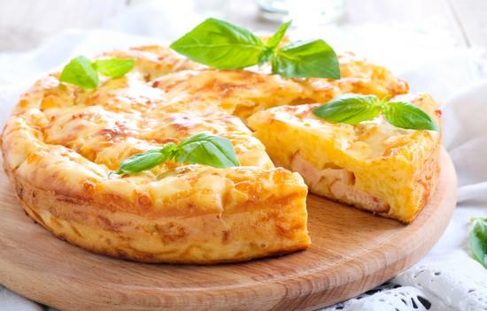 Румяный сырный пирог на кефире с колбасками