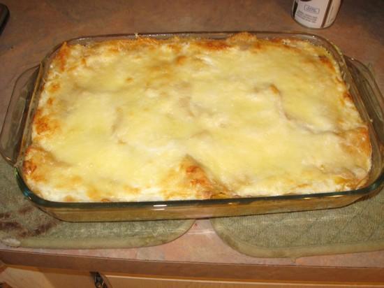 Пикантные тефтели с картошкой в духовке под сырной шапочкой