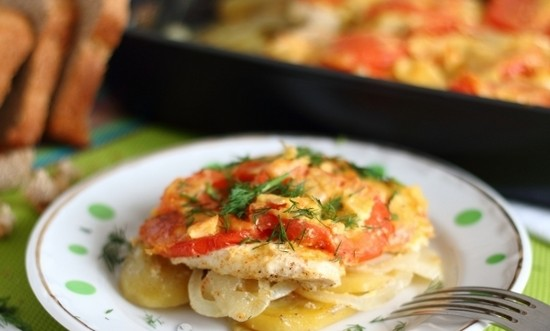 Сытный терпуг в духовке с картошкой и томатами