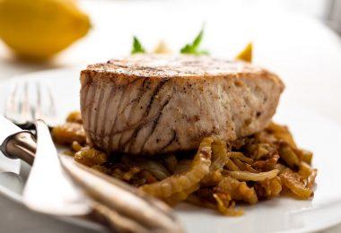 Как запечь филе тунца в духовке?